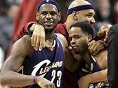 LeBron James (vlevo) a Damon Jones