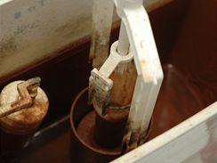 Těsnění mezi nádržku a keramiku wc