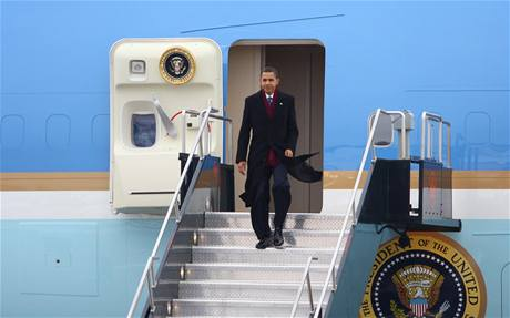 Barack Obama vystupuje z Air Force One