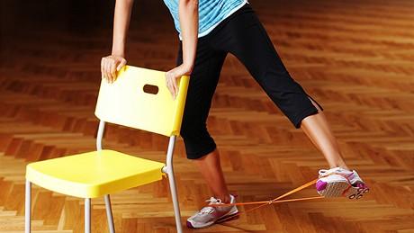 Cvičení - hıžďové svaly - Unožování ve stoji - postavte se na jednu nohu a druhou nohu mírně zvedněte stranou nad zem. Pro lepší stabilitu můžete využít nějakou oporu. Zvedejte nohu do unožení, co nejvıše, tak abyste se nemuseli vyklánět stranou a vracejte nohu zpět, aby se nedotkla země. Pro zvıšení intenzity použijte gumičku, kterou vložíte mezi chodidla.