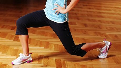 Cvičení - hıžďové svaly - Vıpady vzad - ze stoje pokládejte nohu dozadu na špičku a současně provádějte dřep. Jakmile se koleno dostane 5 – 10 cm na zem vracejte se zpátky do stoje. Cvičte nejprve jednu nohu, a pak druhou.