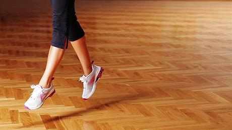 Cvičení -  hıžďové svaly - Přeskakování z roznožení bokem - podřepněte ve stoji rozkročném bokem. Odrazem z obou chodidel se narovnejte, vyměňte nohy a dopadněte zpět do dřepu stranou ve stoji rozkročném.