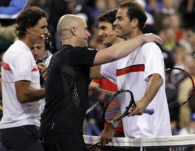 Andre Agassi (vlevo) se objímá s Petem Samprasem po exhibici v Indian Wells.