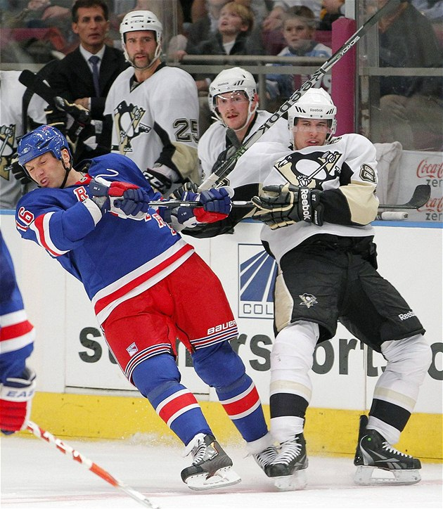 Sean Avery (vlevo) z New York Rangers v souboji se Sidneym Crosbym z Pittsburghu.