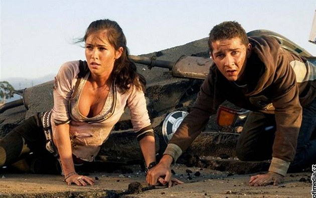 Megan Foxová a Shia LaBeouf ve filmu Transformers (2007)