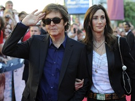 Paul McCartney se snoubenkou Nancy Shevellovou na premiéře filmu George