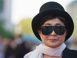 Yoko Ono na premiéře filmu George Harrison: Living in the Material World...