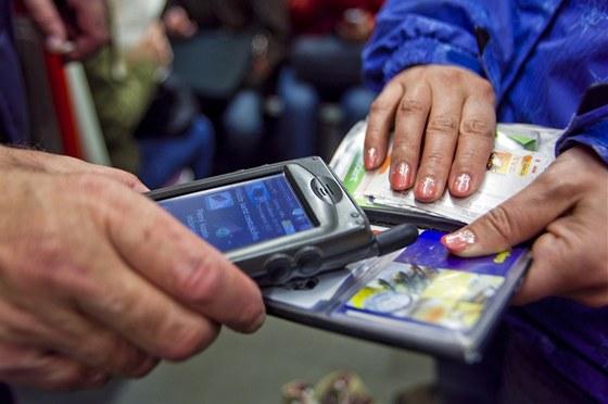 Revizor v pražském metru kontroluje jízdenky.