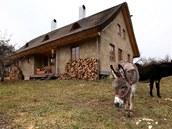 Postavil si dům ze slámy, vyhrál s ním soutěž a dostal půl