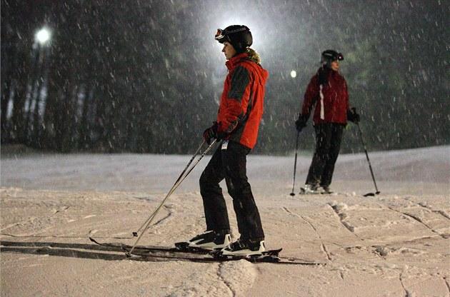 Osvětlené sjezdovky ohrožují zvěř a způsobují světelný smog. Někde dokonce nezhasínají ani po skončení lyžování a svítí dál. Výzkumy a studie jasně konstatují, že večerní osvětlení sjezdovky škodí zvěři.