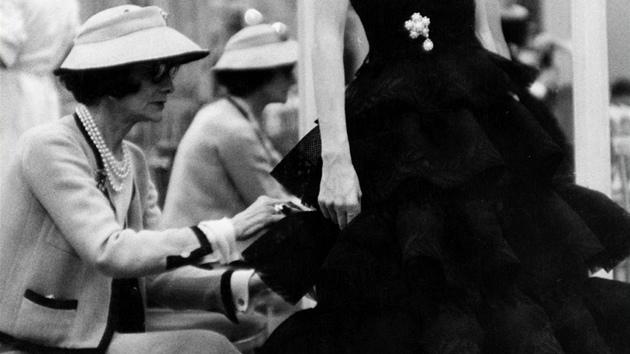 Coco Chanel dohlíží osobně na své modely.