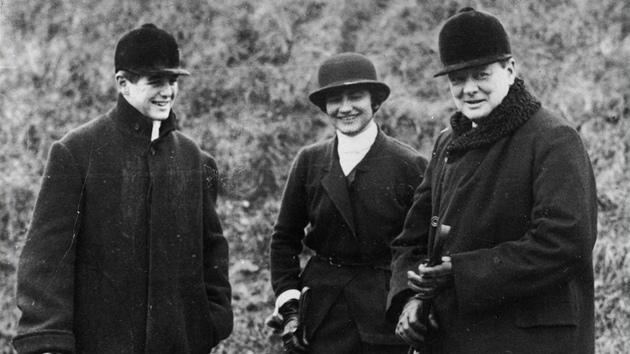 Coco Chanel (uprostřed) našla zalíbení v pánkém stylu.
