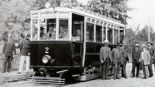 Tramvaje Jihlavou pendlovaly ještě před pětašedesáti lety. I kvůli nim ve městě v roce 1908 postavili secesní most přes řeku Jihlavu. Po roce 1948 přišly ke slovu trolejbusy.