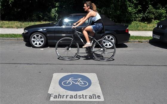 Aby bylo jasné, kdo je tady pánem: auta to nejsou (u Olympiaparku v Mnichově).