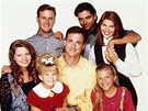 Seri�l Pln� d�m: (doln� �ada zleva) Candace Cameron-Bure (DJ), Mary-Kate Olsenov� (Michelle), Bob Saget (Danny), Jodie Sweetinov� (Stephanie), (horn� �ada zleva) Dave Coulier (Joey), John Stamos (Jesse) a Lori Loughlinov� (Becky)