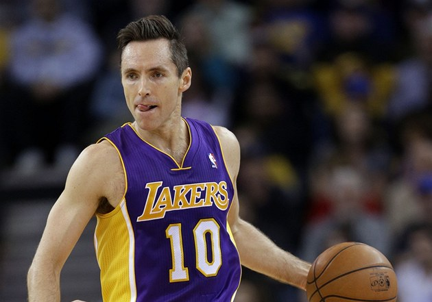 Steve Nash v dresu Los Angeles Lakers.