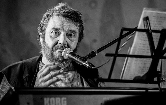 Jan Spálenı při koncertu ve Skokách