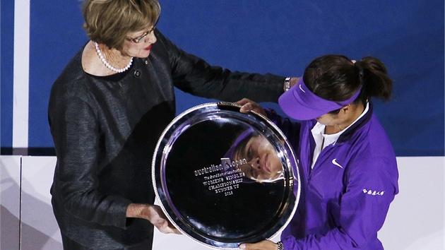 TROFEJ OD LEGENDY. Australská tenistka Margaret Courtová odevzdává trofej...