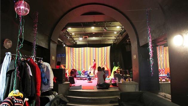 Divadelnímu prostoru v brněnském Kabinetu Múz vládnou první polovinu dne děti. Funguje zde herna Šapitó.