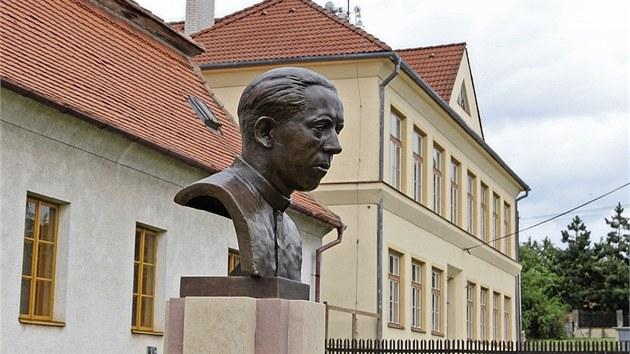 Blízko opravené školy v Babicích (vyšší budova v pozadí) byla nedávno odhalena busta místního kněze Václava Drboly, kterı skončil před dvaašedesáti lety na popravišti.