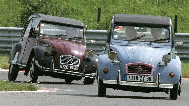 Sraz Citroënů 2CV na mosteckém hipodromu