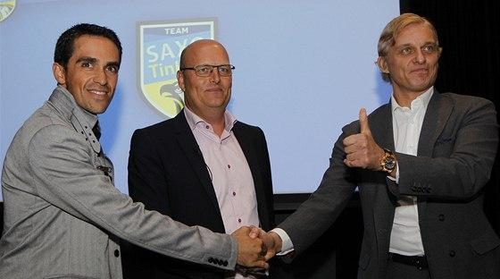 ZASE KAMARÁDI. Cyklista Alberto Contador, manažer Bjarne Riis i boháč Oleg