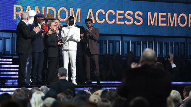 Daft Punk přebírají cenu za album roku. (Grammy 2013)