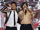 Bruno Mars a Anthony Kiedis z The Red Hot Chili Peppers při vystoupení na...