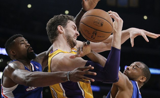 Pau Gasol (uprost�ed) z Los Angeles Lakers bojuje s p�esilou hr� Los Angeles...