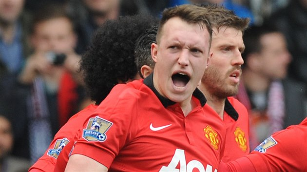 Phil Jones z Manchesteru United oslavuje trefu do sítě West Bromwiche.