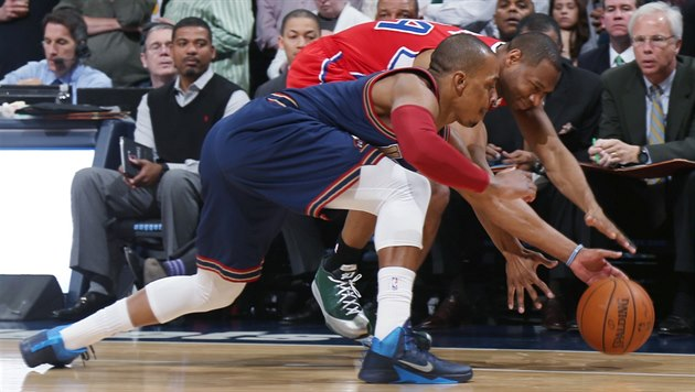 Randy Foye z Denveru (v modrém) a Willie Green z Los Angeles Clippers bojují o...