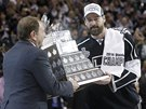 NEJUŽITEČNĚJŠÍ HRÁČ PLAY-OFF. Justin Williams s Conn Smythe Trophy.