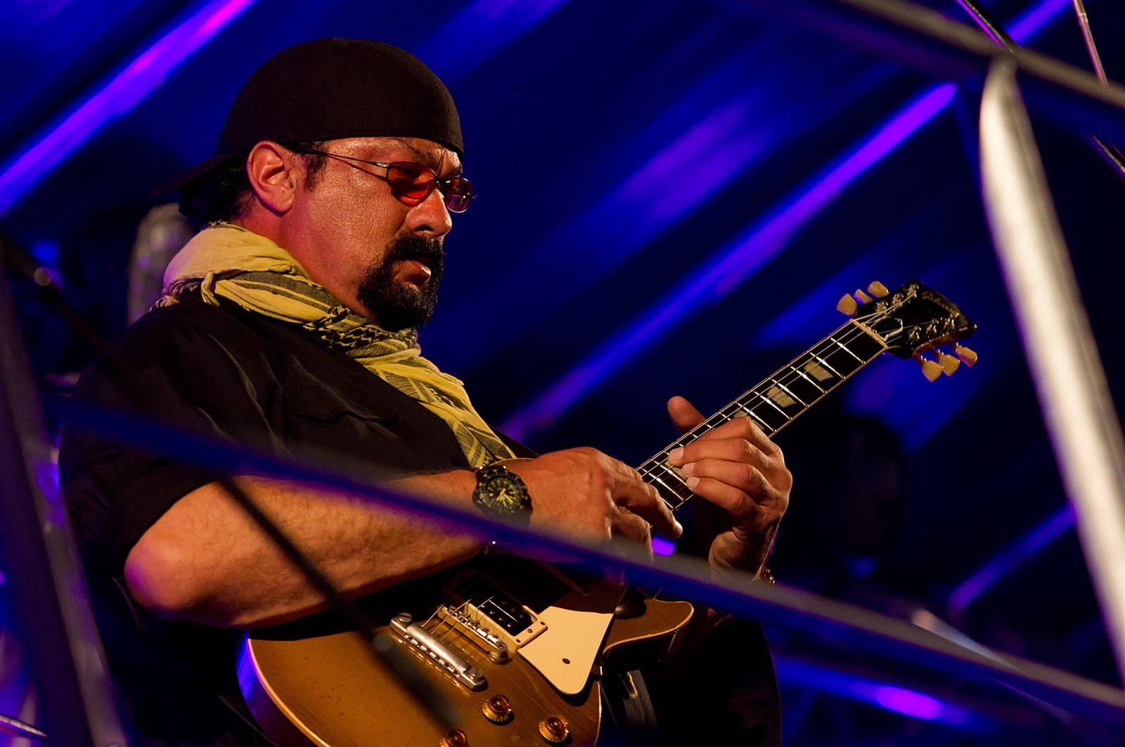 Steven Seagal na střeše Red Bul Tour Busu na Rock for People 2014