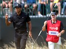 Tiger Woods a jeho caddie Ted Scott ve druhém kole The Open.