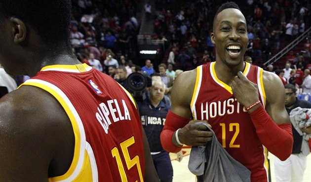 Dwight Howard (12) a Clint Capela slaví výhru Houstonu nad San Antoniem.