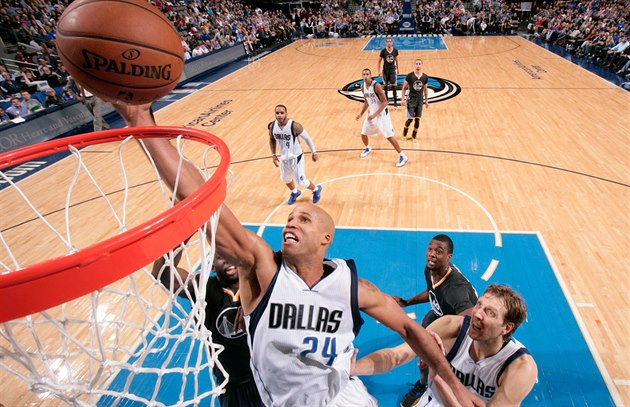 Richard Jefferson z Dallasu útočí na koš Golden State.