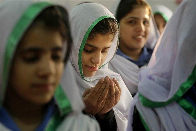 """""""Na muslimské ženy připadá v průměru 3,1 dítěte, což je nejvíc ve srovnání se všemi ostatními náboženskými komunitami,"""" uvádí autor studie Conrad Hackett."""