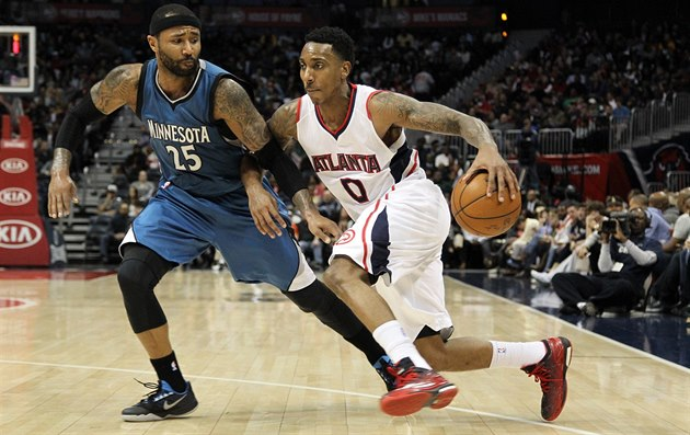 Mo Williams (vpravo) se tla�í p�es Jeffa Teagueho.