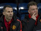 Louis van Gaal (vpravo) a Ryan Giggs. Neboli hlavn� tren�r Manchesteru United a jeho asistent.