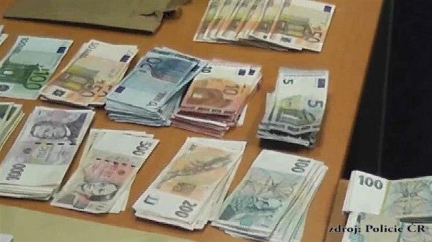 Policisté Z Kobry Našli Eura Schovaná Ve Válendě. Nabírali