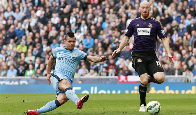 Sergio Agüero z Manchester City (vlevo) st�ílí gól do sít� West Ham United....