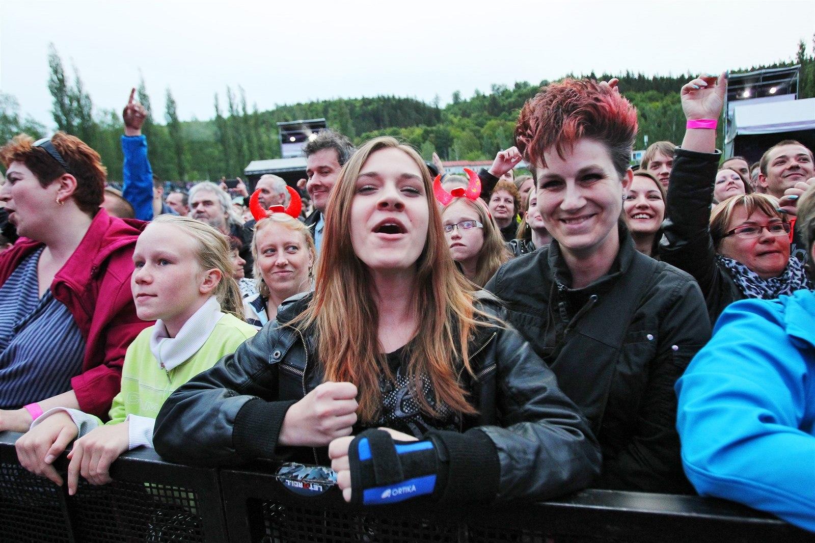 5e915b3e0e31 Fanoušci skupiny Kabát pod pódiem. Na její karlovarský zahajovací koncert open  air turné 2015 se