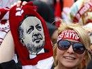 Fanynka tureckého prezidenta Erdogana na oslavách 562. výročí dobytí Istanbulu Osmany. (30. května 2015)