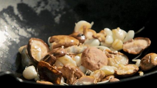 Z hub shiitake použijte kloboučky.