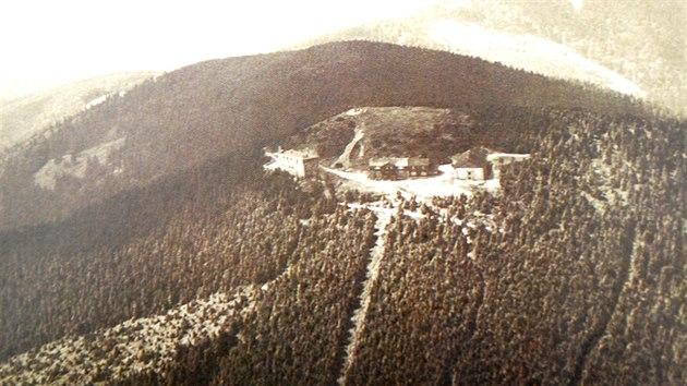 Vrchol Lysé hory ve 30. letech minulého století. Vlevo Bezručova chata, uprostřed Slezská chata (bıvalá Albrechtova chata) a vpravo její samostatně postavená ubytovna.