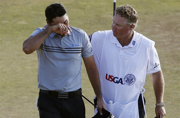 Jason Day (vlevo)  a jeho caddie Colin Swatton po třetím kole US Open....