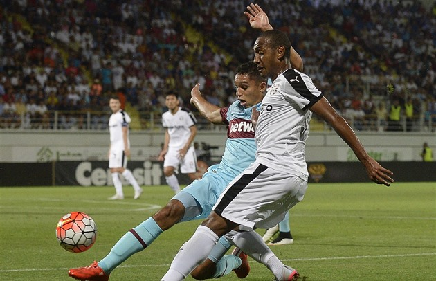 Kyle Knoyle (vlevo) z West Ham United bojuje s Williamem Amorimem z Astry...