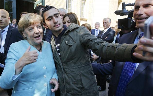 Vítání uprchlíků v Berlíně se stalo symbolem kontroverzní politiky kancléřky Merkelové (10. září 2015)