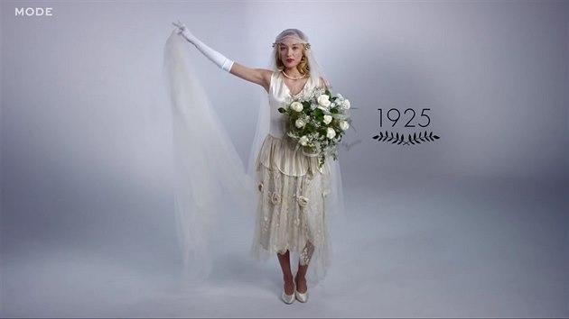 da3beb7eba6a VIDEO  Sto let svatebních šatů  od bohatých výšivek po tričko a ...