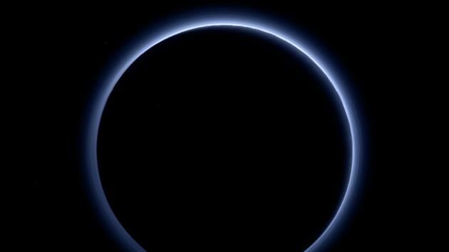 Vrstva oparu na Plutu na snímku pořízeném sondou New Horizons odhaluje jeho modrou barvu.
